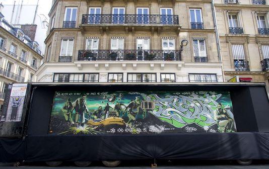 a82e321980f ... c est par ici   http   www.lemonde.fr arts article 2015 06 02 un-banksy- tombe-d-un-camion-vendu-a-drouot-plus-de-600-000-euros 4645713 1655012.html